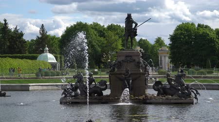 art : St. Petersburg, Peterhof, Russia, June 2018: Famous Petergof fountains and palaces In St. Petersburg, Russia.