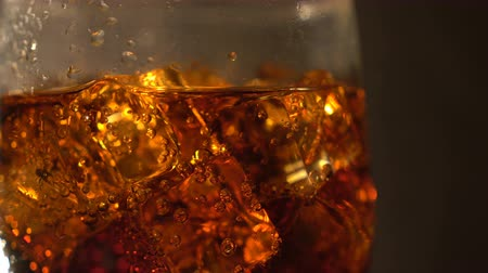 kabarcıklı : Cola in the glass with Ice cubes and bubbles rotating. Food background. Soda Close-up.