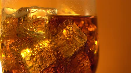 resfriar : Cola in the glass with Ice cubes and bubbles. Food background. Soda Close-up.