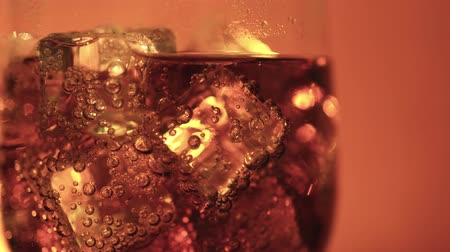 refraksiyon : Cola in the glass with Ice cubes and bubbles rotating. Food background. Soda Close-up.