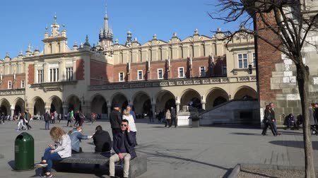 посещающий : Krakow, Poland - Spring, 2018: Old Town of Krakow. Стоковые видеозаписи