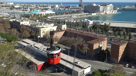 barcelone : BARCELONA, SPAIN - CIRCA 2019: Panorama of Barcelona from Montjuic hill. Funicular from the port to the mountain of Montjuic. Embankment and port In Barcelona, Spain.