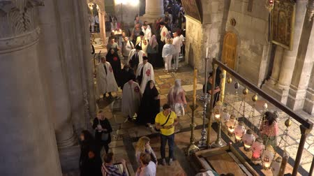 húsvét : Jerusalem, Israel - November 2019: Holy Sepulcher Church in Jerusalem. The Church is the most sacred places for all Christians people in the world. Stock mozgókép