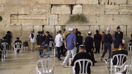 divino : Jerusalem, Israel - November 2019: Wailing Wall or Western Wall in Jerusalem. People praying at the Wailing Wall in the old city of Jerusalem.
