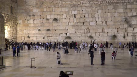 aanbidding : Jerusalem, Israel - November 2019: Wailing Wall or Western Wall in Jerusalem. People praying at the Wailing Wall in the old city of Jerusalem.