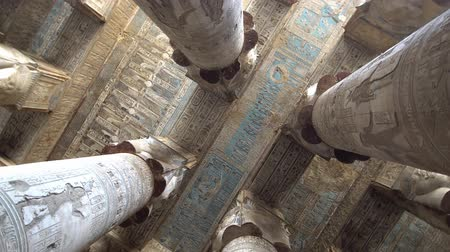 oszlopok : Interior of Dendera temple or Temple of Hathor. Egypt. Dendera, Denderah, is a small town in Egypt. Dendera Temple complex, one of the best-preserved temple sites from ancient Upper Egypt. Stock mozgókép