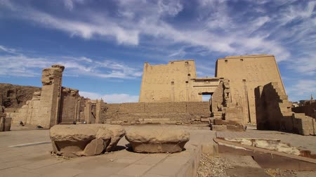 kolumna : Edfu also spelt Idfu, and known in antiquity as Behdet. Edfu is the site of the Ptolemaic Temple of Horus and an ancient settlement. Egypt. TimeLapse Wideo