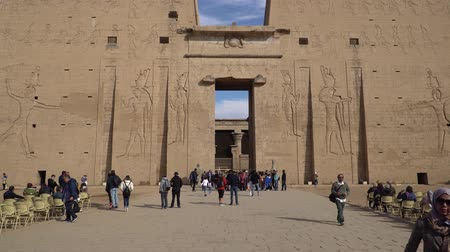 aanbidding : Edfu , Egypt - January 2020: Edfu also spelt Idfu, and known in antiquity as Behdet. Edfu is the site of the Ptolemaic Temple of Horus and an ancient settlement. Egypt. Stockvideo