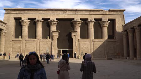 esculpida : Edfu , Egypt - January 2020: Edfu also spelt Idfu, and known in antiquity as Behdet. Edfu is the site of the Ptolemaic Temple of Horus and an ancient settlement. Egypt. Vídeos