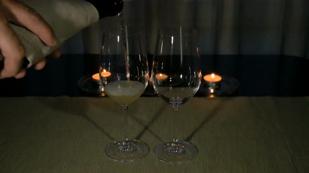 цвет бордо : White wine is poured into glasses