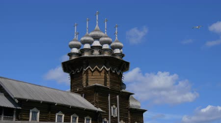 dach : KIZHI Island , RUSSIA - JULY 14, 2016: Old russian wooden architecture on Kizhi island in Karelia Wideo