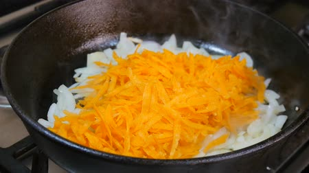 kavurma : Onions fried in a pan, add the carrots, all mixing with a wooden spoon. Stok Video