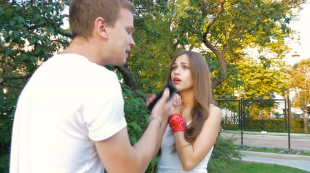 taciz : Man and woman swear. Family quarrel. Stok Video