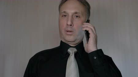kravata : A businessman uses a smartphone to work.