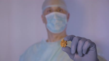 dietético : The doctor demonstrates that walnut is very healthy. Like other vitamins. Stock Footage