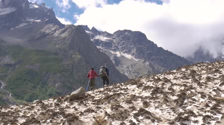 без городского : Father and son go along the glacier up to the mountain peaks. They travel together. Стоковые видеозаписи