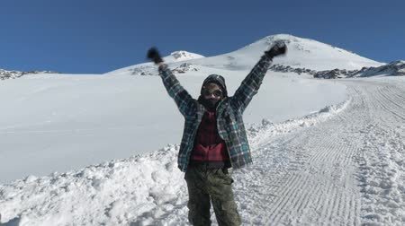 montanhismo : A teenager who turned 14 years old, rose high on Mount Elbrus and is very happy about this Victory. Elbrus is the highest point in Europe. Stock Footage