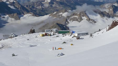 альпинист : Panorama of the mountains. A view of the camp of climbers from the top point. Mount Elbrus, Caucasus, height 4300 m. Стоковые видеозаписи