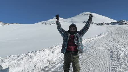 góral : A teenager who turned 14 years old, rose high on Mount Elbrus and is very happy about this Victory. Elbrus is the highest point in Europe. Wideo