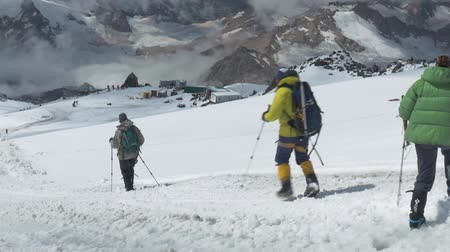 montar : Climbers descend from the top of Elbrus. Panorama of the mountain, a nice sunny day. Stock Footage
