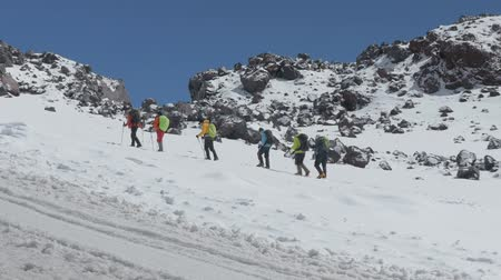 góral : Mountain climbers make an ascent to the summit of Elbrus. In summer time.