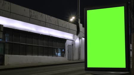 poste de sinalização : Time lapse. Billboard with a green screen, located on a busy street. Cars move in the evening. Vídeos