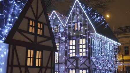 dom : Fabulous Christmas decorations on the streets of the city, they are decorated with luminescent garlands. Wideo