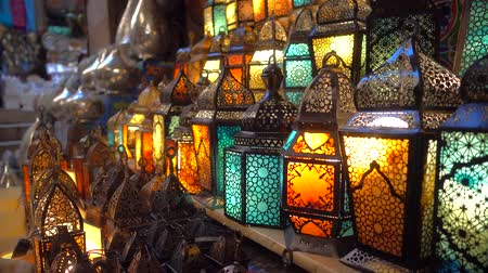 egipt : Cairo, Egypt - Feb 02 2019: Lamp or Lantern Shop in the Khan El Khalili market in Islamic Cairo