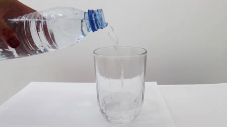 glas water gieten Stockvideo