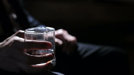 oblek : man holding a glass of whiskey in his right hand Dostupné videozáznamy