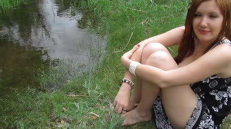 vöröshajú : Close-up portrait of beautiful young woman, outdoors near water Stock mozgókép