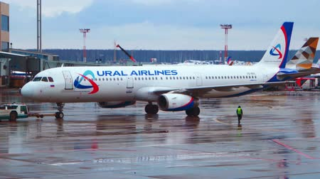 lehúzó : MOSCOW, RUSSIA - FEB 27, 2016: Airbus A319 of Ural Airlines towing at Domodedovo International Airport.