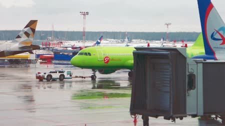 lehúzó : MOSCOW, RUSSIA - FEB 27, 2016: Airbus A319 of S7 Airlines towing at Domodedovo International Airport. S7 is a member of the oneworld alliance.