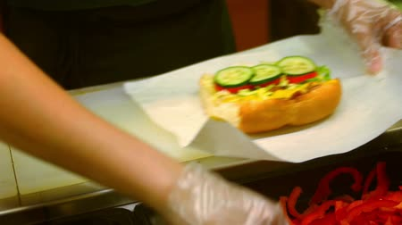 sandwich club : Restauration rapide, un sandwich prparing dans glowes transparents