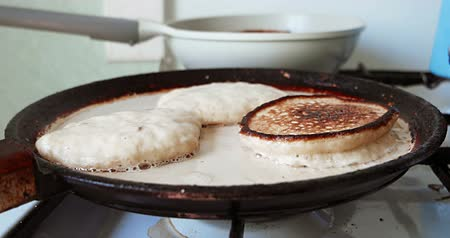 оладья : Frying pancakes in butter on shallow pan