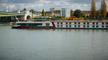 kolínská voda : Bonn, Germany, 26 of October 2017: Rhine River Cruise Sheep Goin Under The Kennedy Bridge. View From Embankment of The Rhine In The Center Of Bonn.