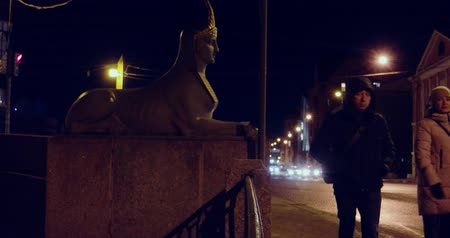 esfinge : Saint-Petersburg Russia, 03 March 2019: Pedestrians and Traffic in the Egypetsky bridge area. With Sphin statue on the left Stock Footage