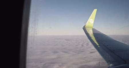 nástup do letadla : Saint-Petersburg Russia, 03 March 2019: Airliner belong to S7 - Siberia airlines flying over the clouds. S7 is the member of Oneworld alliance. Dostupné videozáznamy