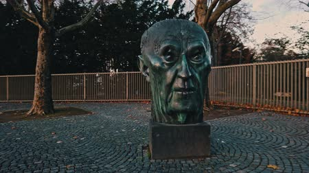 западный : Bonn Germany, 14 Dec 2019: Head Statue of Konrad Hermann Joseph Adenauer who served as the first Chancellor of the Federal Republic of Germany (West Germany) from 1949 to 1963. Стоковые видеозаписи