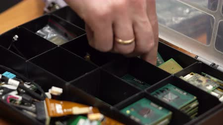 intel : Master takes the processor out of the box for processors