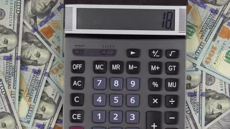 físico : Man makes calculations of money on a calculator