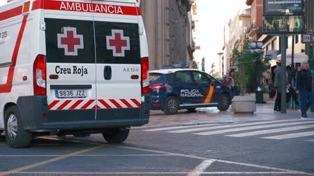 syrena : Valencia,Spain - March 18, 2019:  Ambulance van. Red cross ambulance  and national police car. Responding  to emergency. Wideo