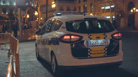 бдительность : A Spanish  Valencian local Police Car patrolling Valencia city during night.  Night patrol. Стоковые видеозаписи