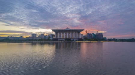 минарет : Time lapse 4k Footage of Beautiful Sunrise At Iron Mosque, Putrajaya With Zoom Out Effect. Showing a moving and changing color clouds. Стоковые видеозаписи