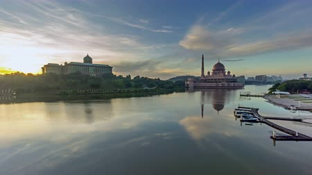 határkő : Time lapse 4k sunrise at Putra Mosque, Putrajaya. Panning.