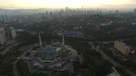 határkő : Aerial view of sunrise at Federal Mosque Kuala Lumpur with city skyline at the background