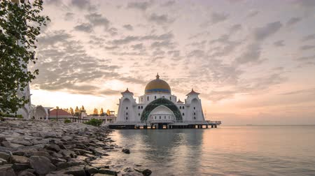 минарет : 4k time lapse of sunrise at Malacca Straits Floating Mosque (masjid Selat Melaka). Стоковые видеозаписи