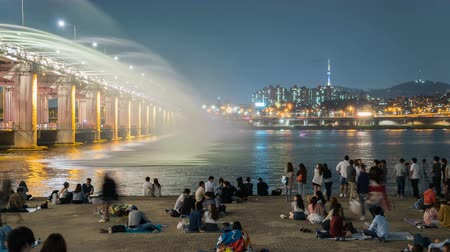 güney : Rainbow fountain show at Banpo Bridge in Seoul, Korea.