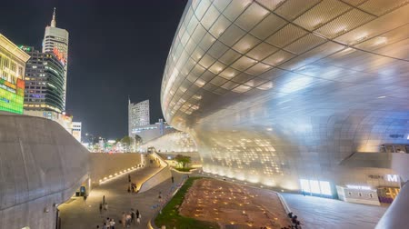 detalhes : Seoul City Night Shopping Area Time lapse. Dongdaemun shopping area in Seoul with Dongdaemun Design Plaza and shopping malls. Pan right to left