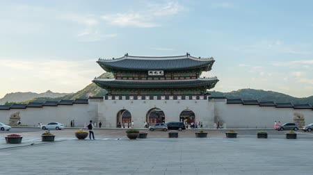 gyeongbok : Time lapse of Gwanghwamun gate of Gyeongbokgung Palace in Seoul, Korea.  Zoom ou Stock Footage